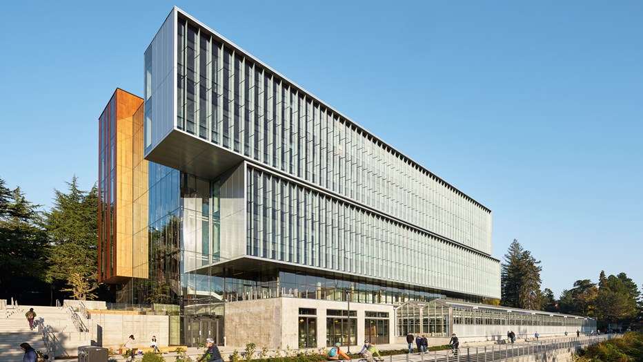 The University of Washington's vision was to build a facility that allowed the Department of Biology to meet undergraduate student demand. Skanska worked with UW to deliver the new Life Sciences Building and associated greenhouse, which is designed to foster team-oriented science using flexible, modular lab spaces.
